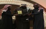 لجنة التنمية الاجتماعية بالقوارة تشارك بتكريم الاستاذ خالد المنصور