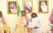 أمير القصيم يكرم الشاب أيمن بن عبدالله بن سلمان المخرشي نظير جهوده بمحافل المنطقة