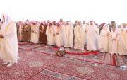 امير منطقة القصيم يؤدي صلاة العيد مع جمع من المصلين في بريده
