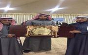 درع تكريمي من ملتقى المخارشة لمجالس الفرده بمناسبة مرور عشر سنوات على تأسيسها تم تقديمه في مخيم الملتقى الشتوي  @ALMKHRSHAH